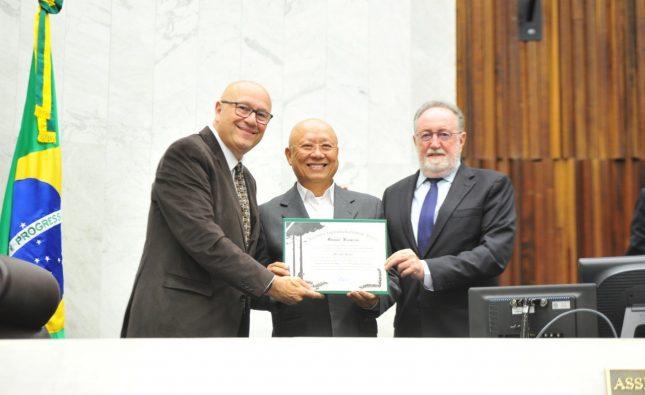 Assembleia homenageia prefeito de Carlópolis por prêmio nacional do Sebrae